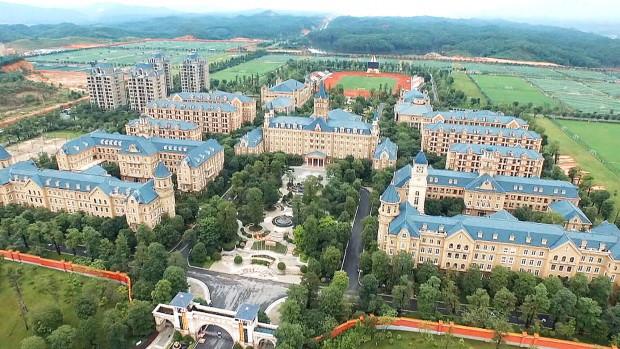 Quang cảnh học viện Quảng Châu Evergrande trông giống như một công viên Disneyland khổng lồ.